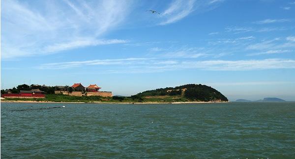 """庙岛形如凤凰,东侧有一小岛名曰""""太阳岛"""",正好印证了古人所选""""丹凤"""